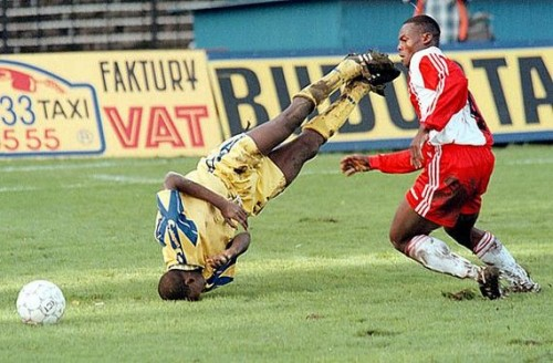 Amazing-football-soccer-face-plant-headstand-500x328