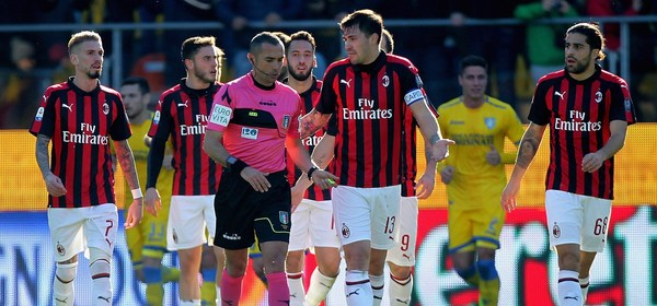 FROSINONE, ITALY - DECEMBER 26:  AC Milan players protest as the referee Marco Guida disallows a goal during the Serie A match between Frosinone Calcio  and AC Milan at Stadio Benito Stirpe on December 26, 2018 in Frosinone, Italy.  (Photo by Paolo Bruno/Getty Images)