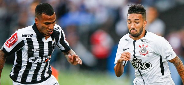 SAO PAULO, BRAZIL - NOVEMBER 26: Romulo Otero (L) of Atletico MG and Claysono of Corinthians in action during the match for the Brasileirao Series A 2017 at Arena Corinthians Stadium on November 26, 2017 in Sao Paulo, Brazil. (Photo by Alexandre Schneider/Getty Images) *** Local Caption *** Romulo Otero; Clayson