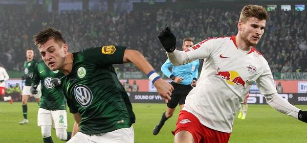 Robin Knoche (VfL Wolfsburg) gegen Timo Werner (RB Leipzig) - 1. Fussball Bundesliga Saison 2018-2019 VfL Wolfsburg vs. RasenBallsport Leipzig in der Volkswagen Arena in Wolfsburg - Aktion,Deutschland, Fußball, Mann, Maenner,24.11.2018 - Gemäß den Vorgaben der DFL Deutsche Fußball Liga ist es untersagt, in dem Stadion und/oder vom Spiel angefertigte Fotoaufnahmen in Form von Sequenzbildern und/oder videoaehnlichen Fotostrecken zu verwerten bzw. verwerten zu lassen. DFL regulations prohibit any use of photographs as image sequences and/or quasi-video. *** Robin Knoche VfL Wolfsburg vs. Timo Werner RB Leipzig 1 Football Bundesliga Season 2018 2019 VfL Wolfsburg vs. RasenBallsport Leipzig in the Volkswagen Arena in Wolfsburg Action Germany Football Man Men 24 11 2018 According to the DFL Deutsche Fußball Liga it is forbidden to use or have used in the stadium and or from the match taken photographs in the form of sequence pictures and or video-like photo sequences DFL regulations prohibit any use of photographs as image sequences and or quasi video
