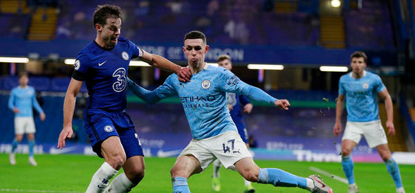LONDON, ENGLAND - JANUARY 03: Phil Foden of Manchester City is challenged by Cesar Azpilicueta of Chelsea during the Premier League match between Chelsea and Manchester City at Stamford Bridge on January 03, 2021 in London, England. The match will be played without fans, behind closed doors as a Covid-19 precaution. (Photo by Ian Walton - Pool/Getty Images)