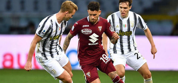 TURIN, ITALY - APRIL 03: Antonio Sanabria of Torino FC is challenged by Matthijs De Ligt and Federico Chiesa of Juventus  during the Serie A match between Torino FC and Juventus at Stadio Olimpico di Torino on April 03, 2021 in Turin, Italy. Sporting stadiums around Italy remain under strict restrictions due to the Coronavirus Pandemic as Government social distancing laws prohibit fans inside venues resulting in games being played behind closed doors. (Photo by Valerio Pennicino/Getty Images)